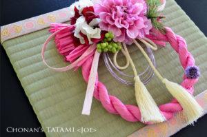 金襴蜀江紋柄の生地を使ったミニ畳とピンクのしめ縄のお洒落なセット
