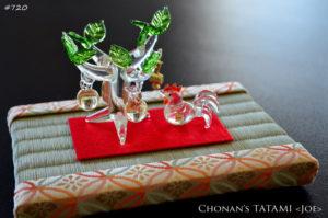 金襴七宝柄のミニ畳とガラス製干支の置物